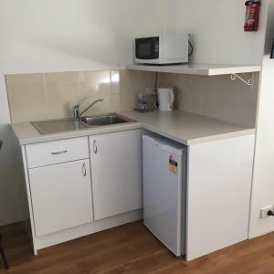 A kitchen or kitchenette at Forster and Wallis Lake Motel
