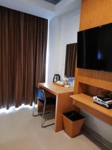 Uma TV ou centro de entretenimento em Aspery Hotel