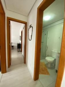 A bathroom at Vista Panorâmica com piscina