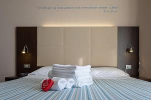 A bed or beds in a room at Gimmi Hotel