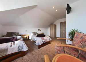 Łóżko lub łóżka w pokoju w obiekcie Dom Lwowski