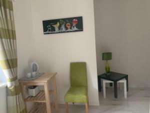 Ein Sitzbereich in der Unterkunft Feathers Apartments