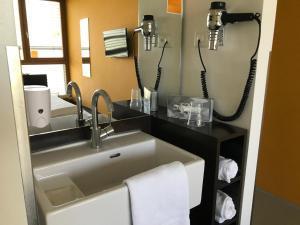 A bathroom at Cube Savognin