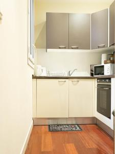 A kitchen or kitchenette at CANNES CROISETTE - CARRE&OR