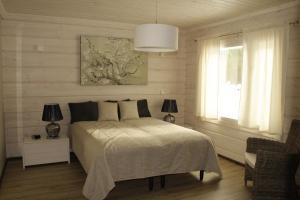 Säng eller sängar i ett rum på Sinisen tien Helmi