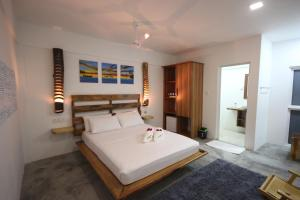 A bed or beds in a room at Island Break
