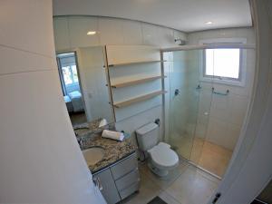 A bathroom at Este amplo e charmoso apartamento espera por você!