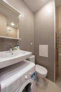 A bathroom at InHome24 Sky Way Studios