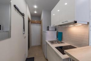 A kitchen or kitchenette at InHome24 Sky Way Studios
