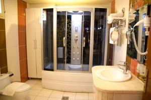A bathroom at Swiss Spirit Hotel & Suites Taif