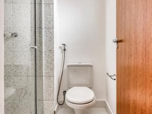 A bathroom at OYO Opala Regente - Campinas Centro