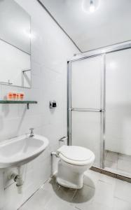 A bathroom at OYO Hotel Lancaster