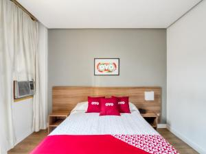 A bed or beds in a room at OYO Hotel Lancaster