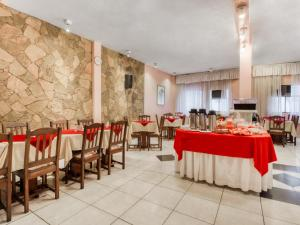 A restaurant or other place to eat at OYO Hotel Lancaster
