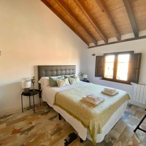 A bed or beds in a room at Apartamentos Ejemplares