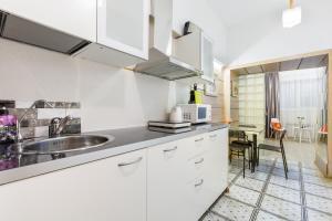 Кухня или мини-кухня в On Nevsky Prospekt Apartment