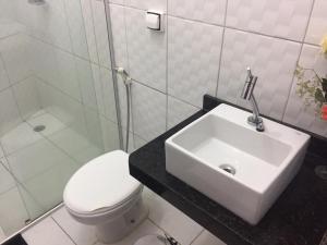 A bathroom at Chácara Brandão