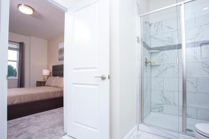 A bathroom at Stunning 8 Bd w/ Pool Close to Disney 2887