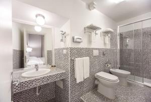 A bathroom at Relais Fontana Di Trevi Hotel