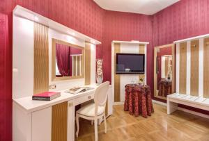 A television and/or entertainment center at Relais Fontana Di Trevi Hotel