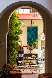 A restaurant or other place to eat at Las Casas de El Arenal