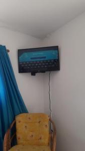 Uma TV ou centro de entretenimento em Studio NeNe