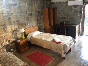 A bed or beds in a room at Quinta Da Lagoa GuestHouse