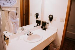 A bathroom at Evergreen Smoky Mountain Lodge & Convention Center