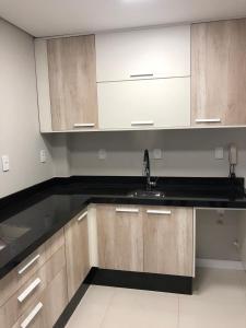 A kitchen or kitchenette at Apartamento 50 mt praia de Balneario Camboriu