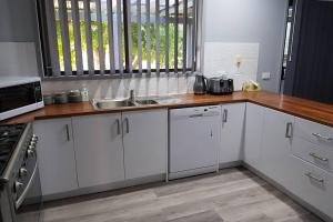 A kitchen or kitchenette at Blue Wren BnB Bathurst