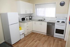 A kitchen or kitchenette at Westwood Motor Inn