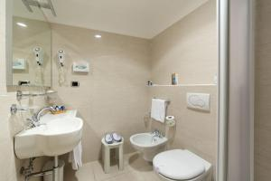 A bathroom at Hotel Porto Roca