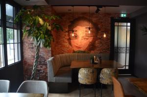 Een zitgedeelte bij Hotel Restaurant de Engel