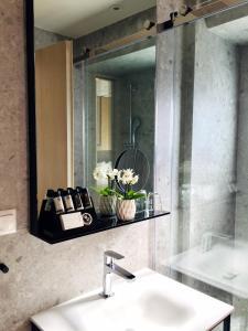 A bathroom at Urban Frame Hotel