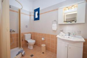 A bathroom at Nefeli Apartments