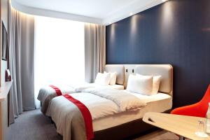 A bed or beds in a room at Holiday Inn Express - Mülheim - Ruhr