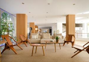 A seating area at Hotel Saratoga