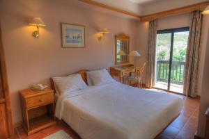 Een bed of bedden in een kamer bij St. Patrick's Hotel