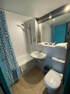 Ein Badezimmer in der Unterkunft Hôtel De La Plage