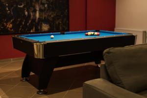 A pool table at Alexander Apartments Airport