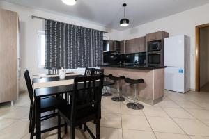A kitchen or kitchenette at Alexander Apartments Airport