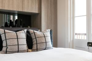 A bed or beds in a room at Contemporary luxury in the heart of Sydney