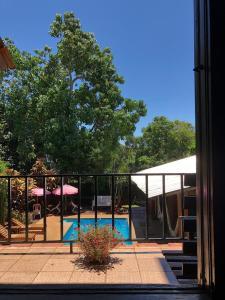 Una vista de la pileta en Hostel El Guembe Suites o alrededores