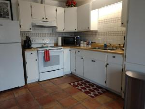 A kitchen or kitchenette at Jerome Studio Apartment at 557 Main