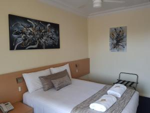 A bed or beds in a room at Maitland City Motel