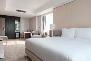 A bed or beds in a room at Goodrich Suites, ARTOTEL Portfolio
