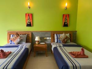 A bed or beds in a room at Haad Son Resort (Koh Raham)