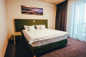 Un pat sau paturi într-o cameră la La Conac in Bucovina