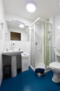 Salle de bains dans l'établissement Snoozles Quay Street Tourist Hostel