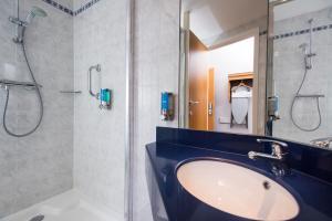 A bathroom at Holiday Inn Express Birmingham Oldbury
